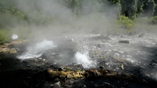 primavera acqua calda natura attrazioni di chiang mai, thailandia. - pericolo video stock e b–roll