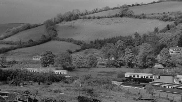 vídeos y material grabado en eventos de stock de 1969 pan spring landscape of green hills and valleys / devon, england, united kingdom - devon