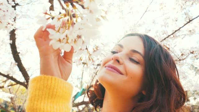 stockvideo's en b-roll-footage met lente brengt geluk. - zintuigelijke waarneming