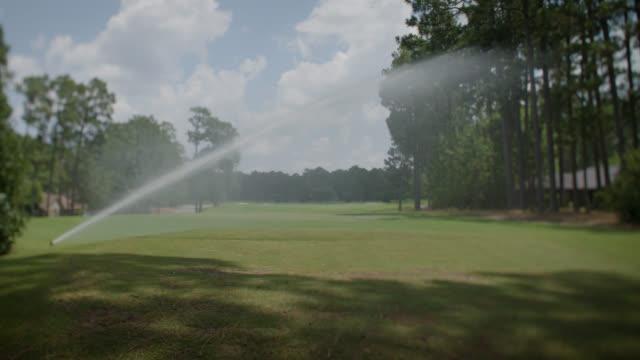 ゴルフコース芝生に取り組むスプリンクラー - ゴルフ場点の映像素材/bロール