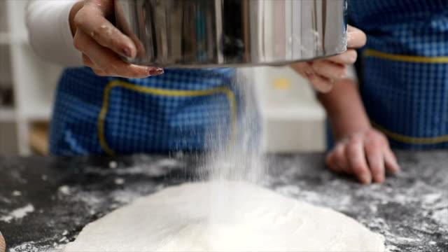 Prise Mehl über den Tisch