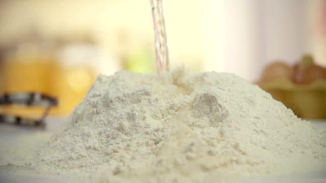 stockvideo's en b-roll-footage met sprinkling water into flour - volkorentarwe