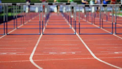 vídeos y material grabado en eventos de stock de sprint obstáculo raza - línea de meta