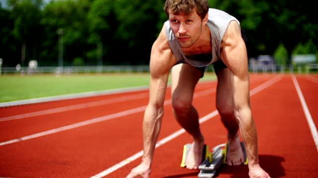 slow motion: sprinter - blocco di partenza per l'atletica video stock e b–roll