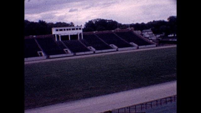 vídeos y material grabado en eventos de stock de 1961 sprinting on track - pistas
