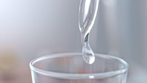 vídeos y material grabado en eventos de stock de slo mo chorro de agua en un vaso de - transparent
