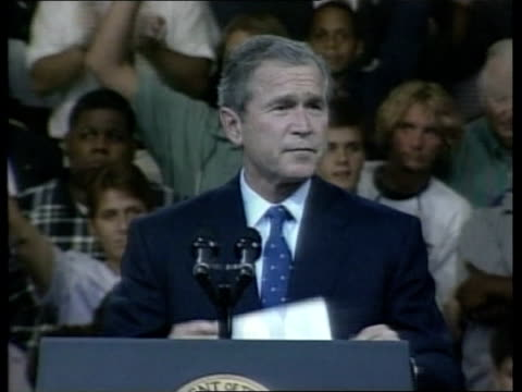 vidéos et rushes de crew arrive home pool usa washington dc president george w bush standing on podium waving to crowds of supporters us president george w bush speech... - président