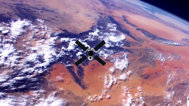 地球を周回するスパイ衛星。nasa パブリック ドメイン画像 - 軌道を回る点の映像素材/bロール