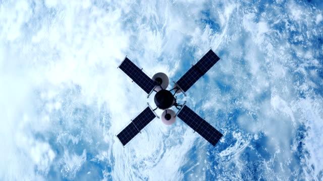 spionagesatelliten, die erde umkreisen - satellitenschüssel stock-videos und b-roll-filmmaterial
