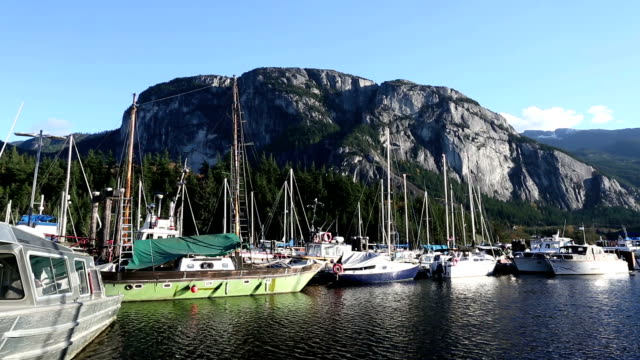 chief-stawamus chief in squamish - boulder rock stock-videos und b-roll-filmmaterial