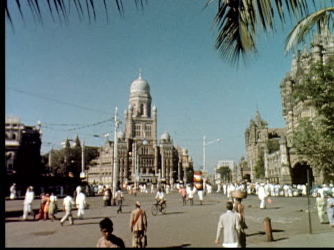 stockvideo's en b-roll-footage met 1960 montage square in bombay, now called mumbai, with traffic. large temple. double decker bus, ox cart, trolley / mumbai, india - winkelbord