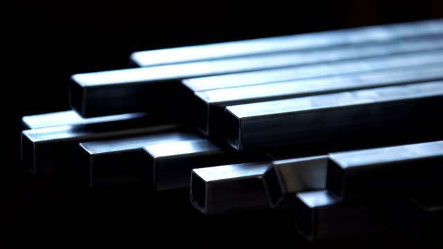vídeos y material grabado en eventos de stock de tubos de acero cuadrado. - forma de barra