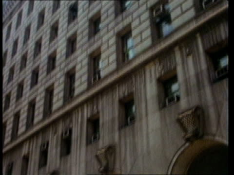 squeaky fromme escapes from prison; upitn usa ext usa: california: los angeles: hall of justice: cms 'hall of justice' on wall av exterior justice... - gerechtigkeit stock-videos und b-roll-filmmaterial