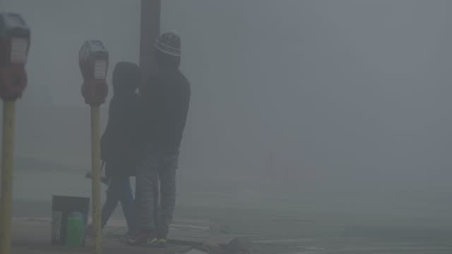 squeegee kids play on a foggy morning during the coronavirus pandemic on december 12, 2020 in baltimore, maryland. in maryland there are more... - teenager stock videos & royalty-free footage
