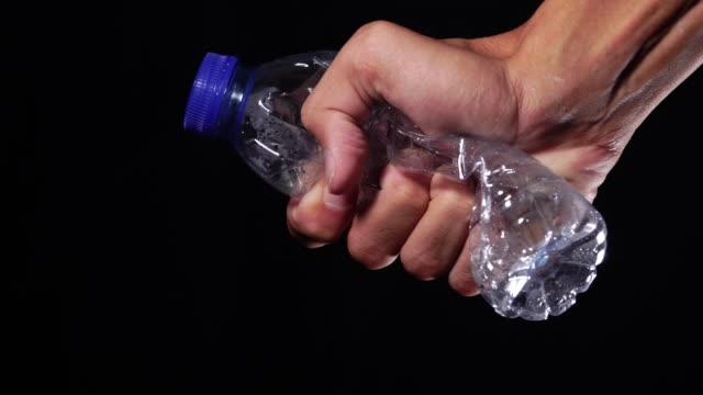 ストップ使用プラスチックのためのスクイーズボトルコンセプト - 潰された点の映像素材/bロール
