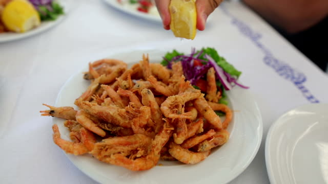 vídeos y material grabado en eventos de stock de exprimir limón en camarones. almuerzo familiar. comida de mar - sofrito