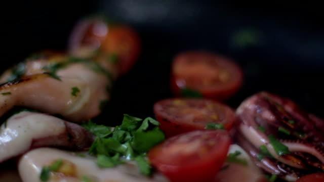 vídeos y material grabado en eventos de stock de calamar cocido en cazuela con tomate - video stock - sofrito