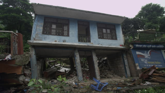 barabise, nepal - july 31, 2015: squint house - unfall und katastrophe stock-videos und b-roll-filmmaterial