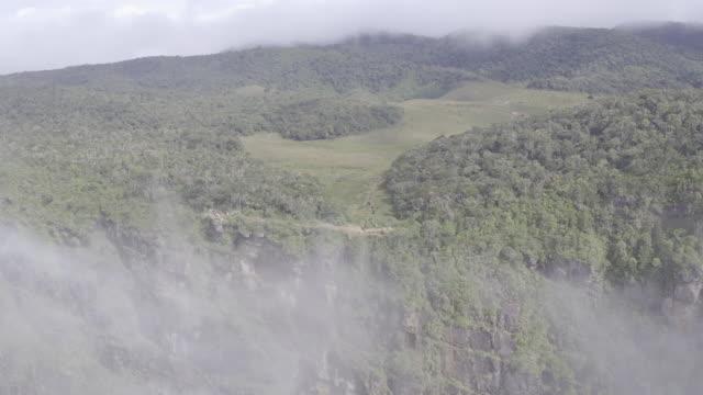 vídeos de stock e filmes b-roll de sri lanka drone footage - paredão rochoso