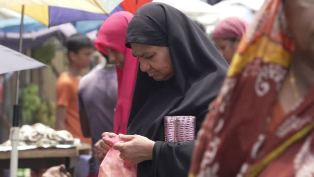 sri lanka easter bombings: government passes bill banning muslim women from wearing veils; sri lanka, western province, colombo; muslim women wearing... - sri lanka stock-videos und b-roll-filmmaterial