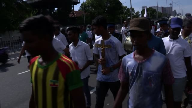 sri lanka easter bombings: prime minister says identity of bombers being investigated; sri lanka, western province, colombo; funeral procession. sri... - sri lanka stock-videos und b-roll-filmmaterial