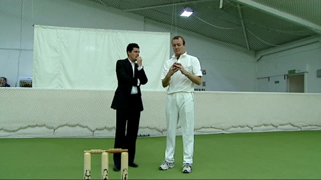 muralitharan sets new test wicket record location unknown int shaun udal showing reporter how muralitharan bowls the doosra sot - paletto da cricket video stock e b–roll