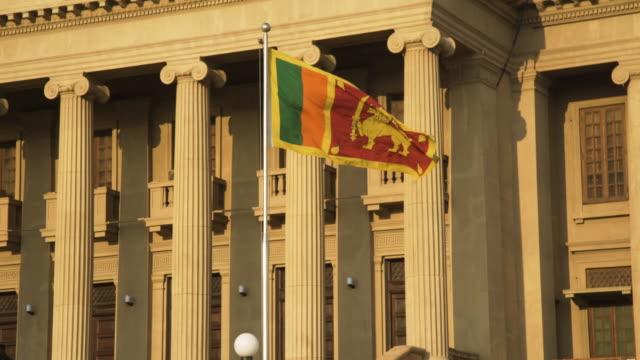 vídeos y material grabado en eventos de stock de sri lanka flag and old british colonial parliament iconic image - detalle arquitectónico exterior