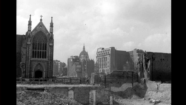 vídeos y material grabado en eventos de stock de st. alban wood st. in front of the dome of st. paul's cathedral, ruined church and buildiings in foreground. bombed out london after the blitz on... - bombardeo de londres