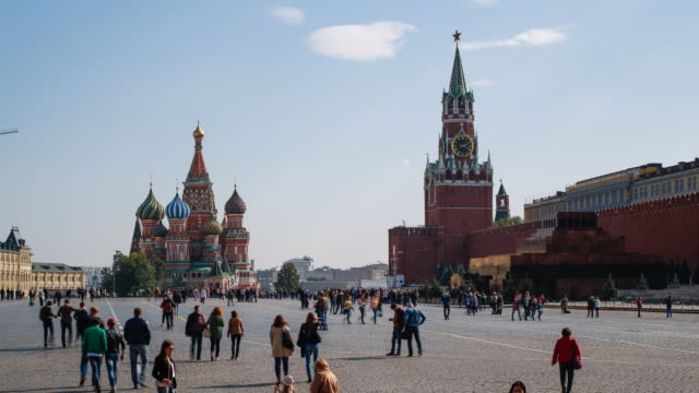 st basils cathedral and the kremlin in red square, moscow, russia - 赤の広場点の映像素材/bロール