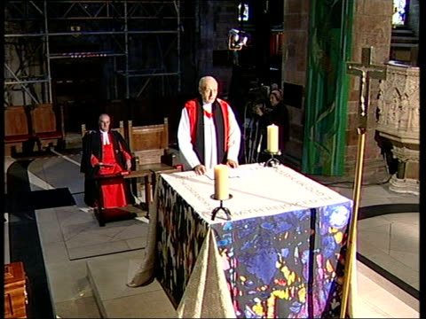 stockvideo's en b-roll-footage met cook's widow gaynor cook arriving at cathedral coffin at front of cathedral tgv congregation during cook's funeral john prescott mp sat next to his... - ongerechtigheid