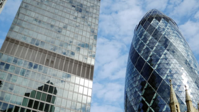 St. Helena und die Wolkenkratzer Gherkin in der City of London