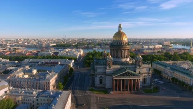 vídeos y material grabado en eventos de stock de catedral de san isaac de san petersburgo vástago aéreo - san petersburgo rusia