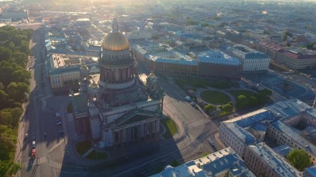 vídeos y material grabado en eventos de stock de catedral de san isaac de san petersburgo vástago aéreo - cúpula