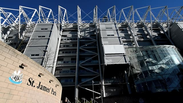 stockvideo's en b-roll-footage met st james' park exterior pan shot clean: fans arrive at st james' park, home to newcastle united football club in newcastle upon tyne, february 2,... - newcastle upon tyne