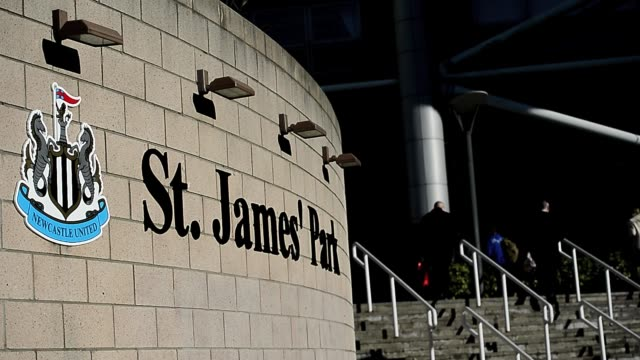 stockvideo's en b-roll-footage met st james' park exterior shot clean: fans arrive at st james' park, home to newcastle united football club in newcastle upon tyne, february 2, 2013.... - newcastle upon tyne