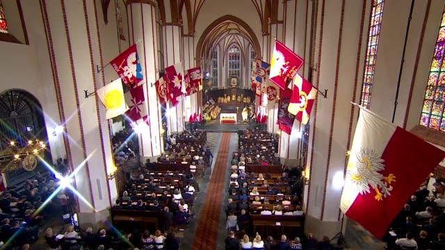 vídeos de stock, filmes e b-roll de st. john's archcathedral basilica in warsaw - interior - congregação