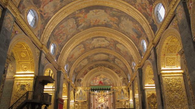 ws la zo st. john's co-cathedral nave with frescoes / valletta, malta - stile del xvi secolo video stock e b–roll