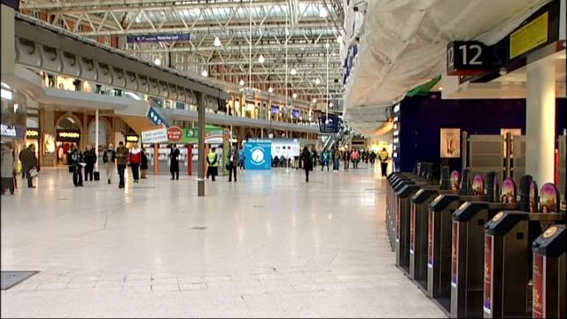 waterloo stationo commuters; england: london: waterloo station: int commuers along station concourse / close shots of 'train cancellation' notice... - ランベス点の映像素材/bロール
