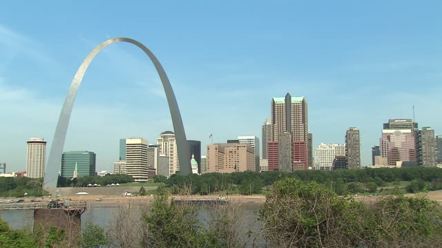st louis arch and skyline on november 27 2013 in st louis missouri - ミズーリ州 セントルイス点の映像素材/bロール