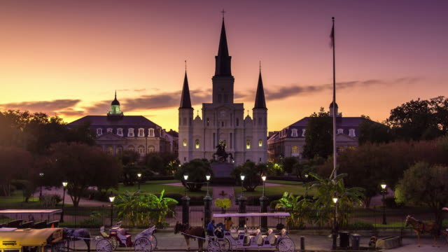 vídeos de stock e filmes b-roll de st. louis cathedral, new orleans - time lapse - spire