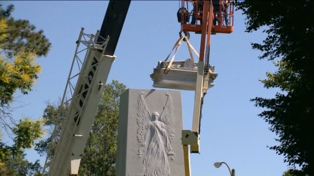 vídeos de stock e filmes b-roll de ktvi st louis city crews began removing the monument the confederate memorial in forest park on june 8 2017 crews removed the 13500 pound monument... - estátua
