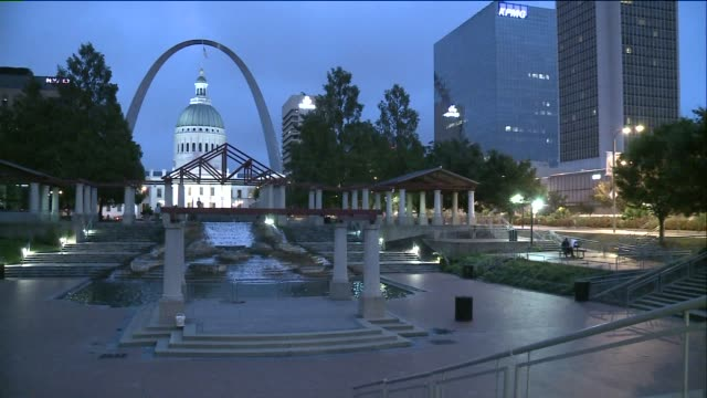 st louis gateway arch and kiener plaza at dawn - gateway arch st. louis stock videos & royalty-free footage