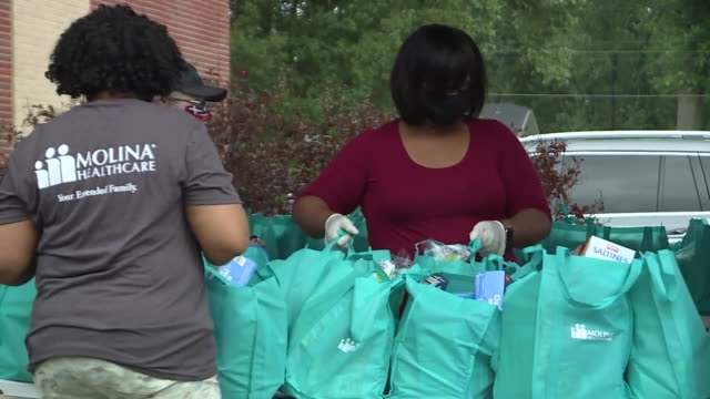 st. louis, il, u.s. - grocery giveaway during covid-19 pandemic. to help alleviate the financial strain many families are experiencing during the... - baptist stock videos & royalty-free footage