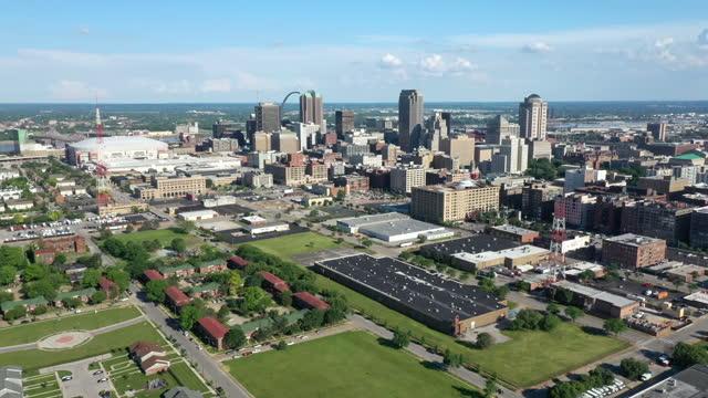 セントルイスミズーリ航空ショット。ダウンタウンと住宅街 - ジェファーソンナショナルエクスパンションメモリアルパーク点の映像素材/bロール