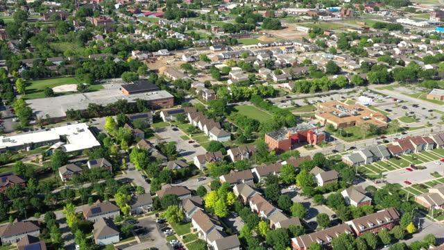セントルイスミズーリ州住宅街空撮 - ジェファーソンナショナルエクスパンションメモリアルパーク点の映像素材/bロール