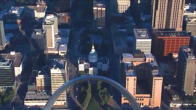 vídeos de stock e filmes b-roll de ktvi st louis mo us aerial view of gateway arch in downtown st louis on tuesday august 25 2020 - jefferson national expansion memorial park