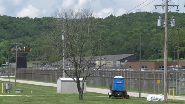 st. louis, mo, u.s. - guard towers and barbed wired fence of prison. missouri eastern correctional center exteriors on wednesday, july 29, 2020. - l'uomo e la macchina video stock e b–roll