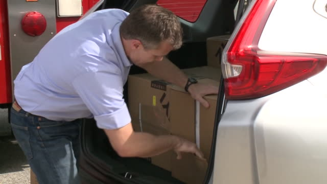 stockvideo's en b-roll-footage met st. louis, mo, u.s. - volunteers sorting boxes with safety masks to deliver them to first responders throughout the state. former missouri governor... - st. louis