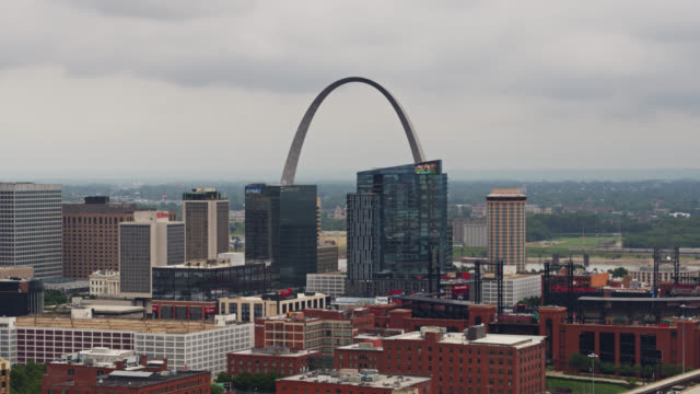 st louis skyline on cloudy day - drone shot - jefferson national expansion memorial park stock videos & royalty-free footage
