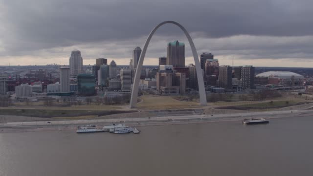vídeos de stock e filmes b-roll de st. louis skyline winter aerial - missouri